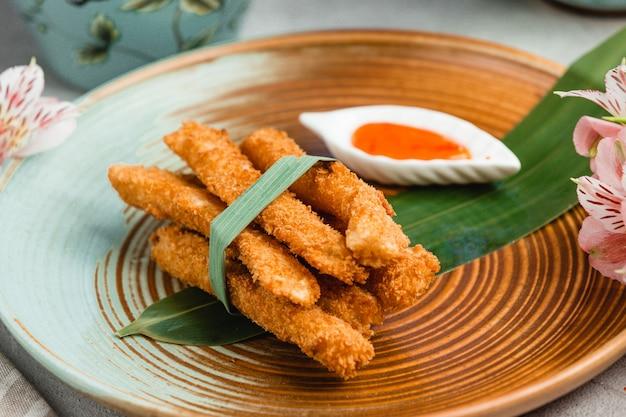 Хрустящие куриные наггетсы с острым соусом