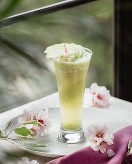 Свежий фруктовый коктейль с кусочками яблок