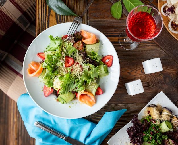 新鮮な野菜サラダとサーモン