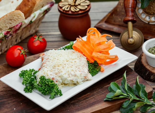 Крупный план салата мимозы с голландским сыром на вершине
