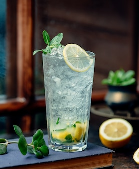 Бокал мохито с лимоном и ледяной стружкой