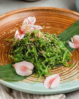 Традиционный овощной салат из морских водорослей