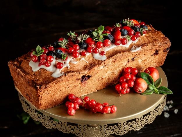 Торт с вареньем из черники и красной смородины и сливками