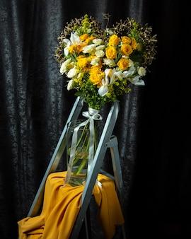 白と黄色のバラのハート型の花束