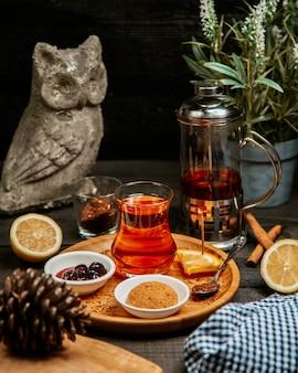 Черный чай с печеньем и вареньем