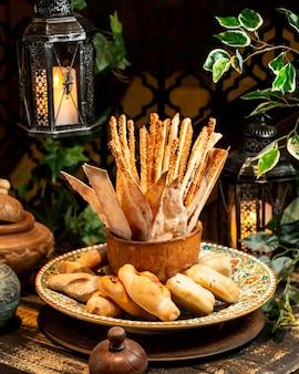 パンとペストリーのパンパンとテーブルの上のブレッドスティック