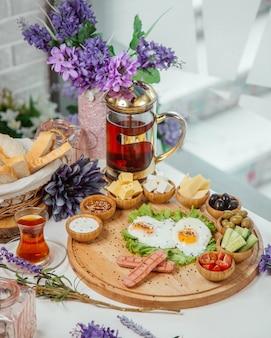 テーブルの上の朝食セット
