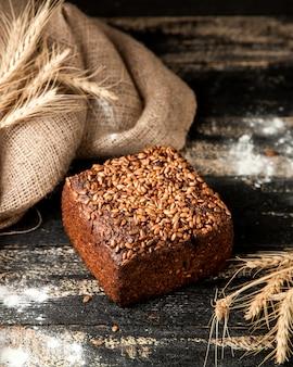 ヒマワリの種の小麦粉と小麦のテーブルの上のライ麦パン