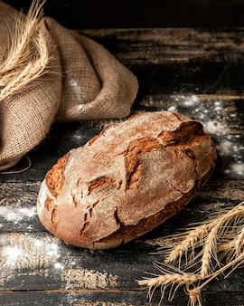 テーブルの上のサワー種のパン
