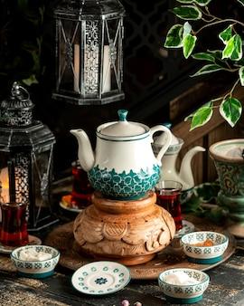 Чай черный чай с чайником и лукумом на подносе
