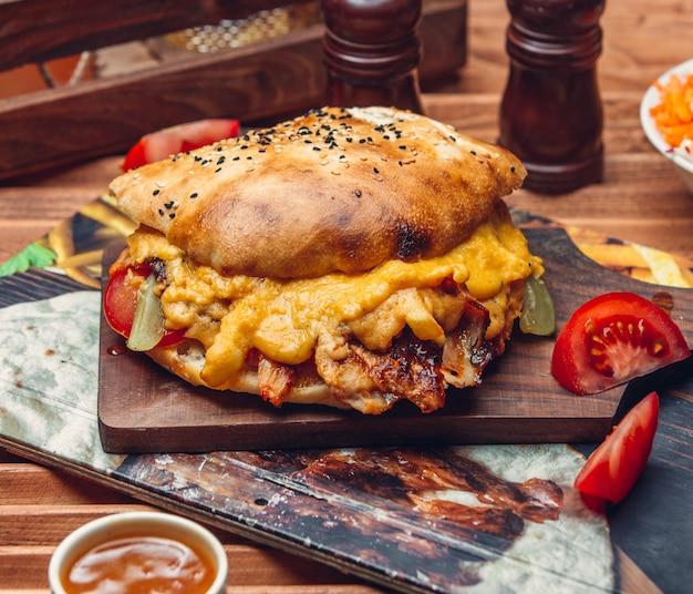 Чизбургер с листьями салата и помидорами