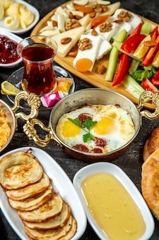Яичный завтрак с колбасками, вид сбоку