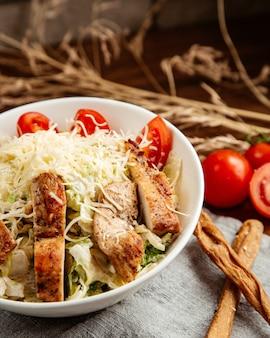 Цезарь куриный салат с сыром томатный анчоусы вид сбоку