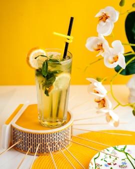 Цитрусовый коктейль лимон мята вид сбоку