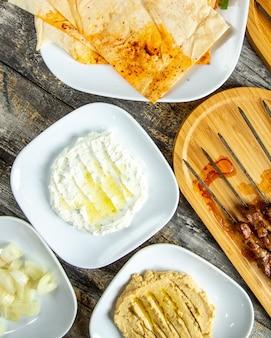 フムスラヴァッシュトップビューとカッテージチーズ