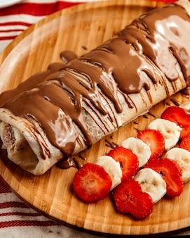 フルーツストロベリーバナナチョコレートサイドビューのクレープ