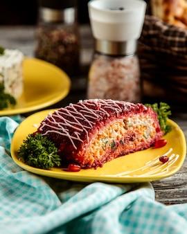 Салат из нарезанной сельди картофель морковь свекла лук лук майонез вид сбоку