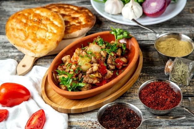 Жареное мясо с овощами, вид сбоку