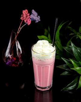 Клубничный молочный коктейль, вид сбоку