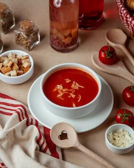 Томатный суп с сырными крекерами, вид сбоку