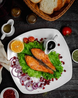 Жареный лосось с луком, лимоном и соусом