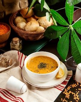 正面図レンズ豆のスープレモンとドライミントの伝統的なアゼルバイジャンスープ