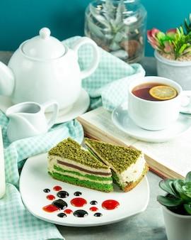 お茶とレモンのスライスの正面図ピスタチオケーキ
