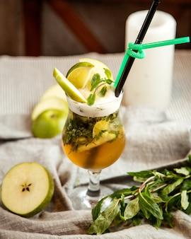 Вид спереди безалкогольный напиток с кусочком лимона, мяты и яблока