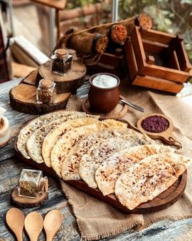 フロントビュー伝統的なアゼルバイジャン料理クタブ肉ハーブとヨーグルトとスマック入りカボチャ