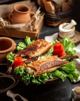 Вид сбоку жареного мяса в лаваше на салат с украшенной морковью