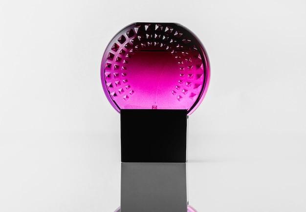Фиолетовый флакон на белом столе