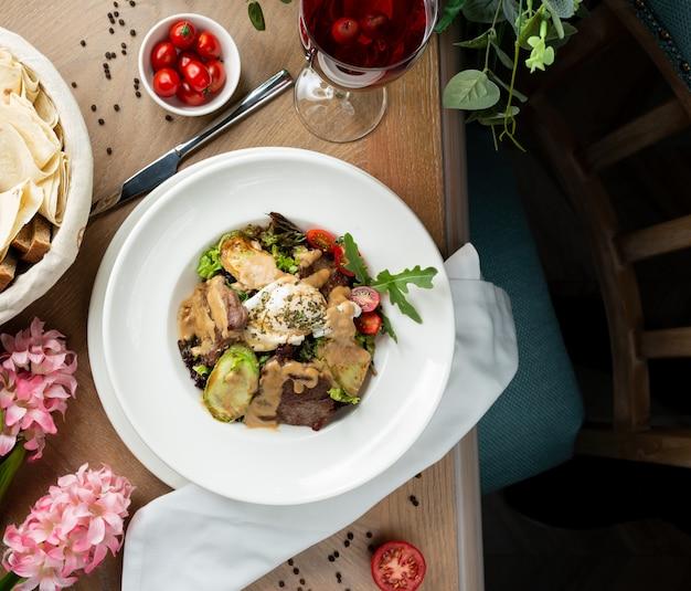Кусочки мяса в соусе с овощами