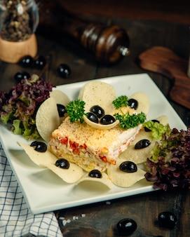 チップスとオリーブで飾られたミモザサラダ