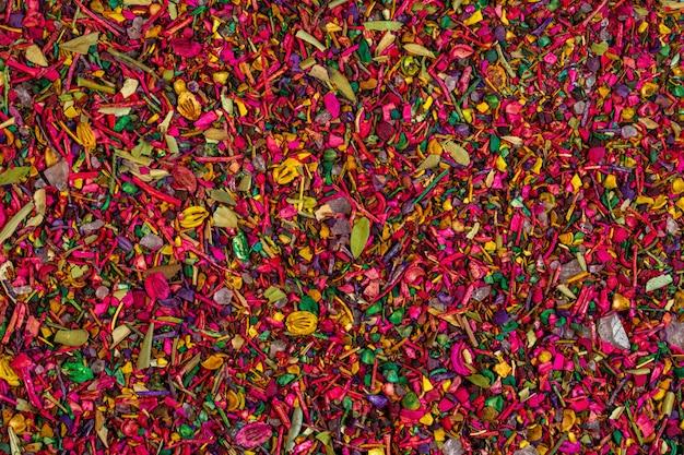 色とりどりのドライフラワーの花びらが咲くとハーブのトップビューの背景