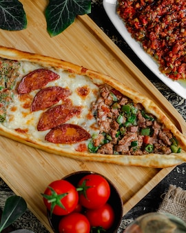 Смешанный пиде с мясом, колбасой и овощами