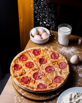 Вид сбоку пиццы с салями с сыром и пепперони