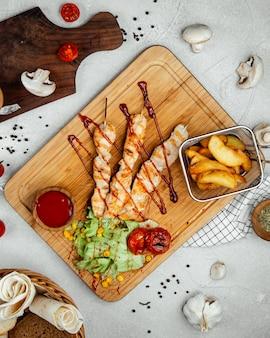 Жареные куриные палочки с жареным картофелем