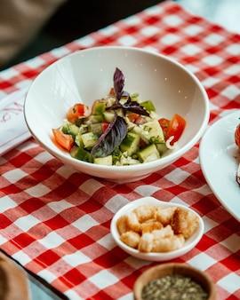 Салат с огурцом и помидором