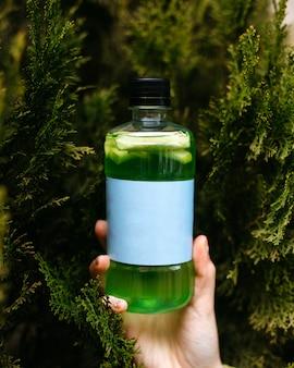 緑のボトルに緑のスムージーデトックス飲み物の側面図