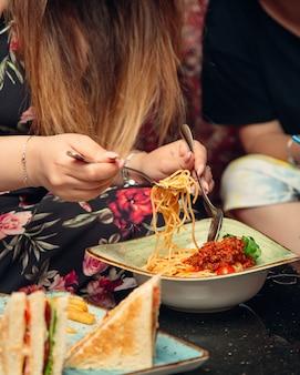 Спагетти с мясом в помидоре
