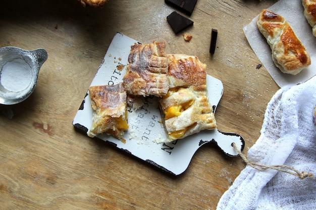Топ яблочный пирог на деревянной разделочной доске