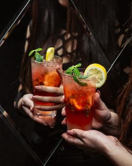 Арбузный коктейль со льдом и лимоном
