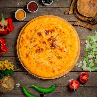 グルジアの自家製の丸いチーズケーキのトップビュー