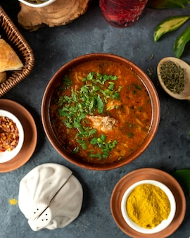 Вид сверху традиционного русского или украинского красного супа борщ с говядиной и овощами