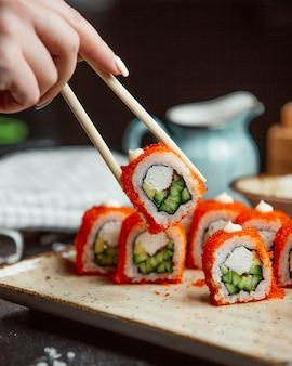 赤キャビア添え新鮮な寿司