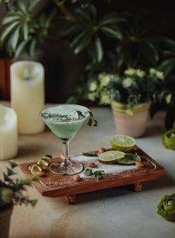 木の板にアーモンドとライムのアルコールカクテルの側面図