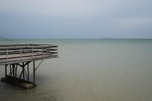 木製の桟橋と一緒に海の水と青空
