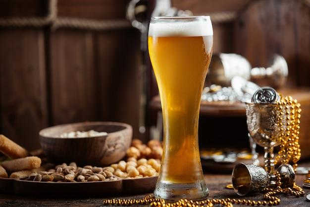テーブルの上のスナックとビール