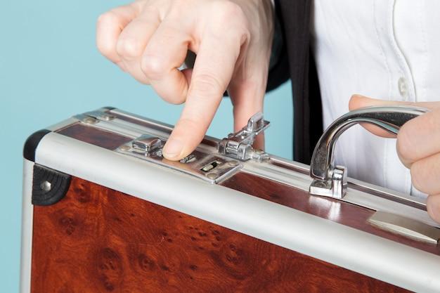 実業家がスーツケースを開きます