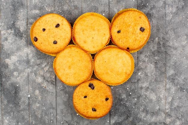 Вид сверху торты сладкие вкуснятина вкусные форменные формы на серой деревянной деревенской